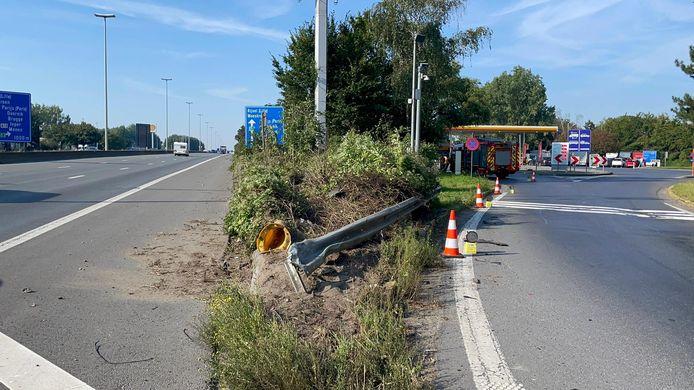 De wagen knalde op de scheiding tussen de snelweg en de parking van tankstation Shell in Marke