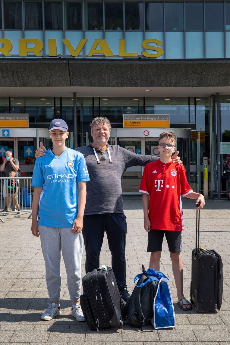 Frank Noordover (51) en zoons Thomas (14, in het blauw) en Tim (13). Beeld Werry Crone