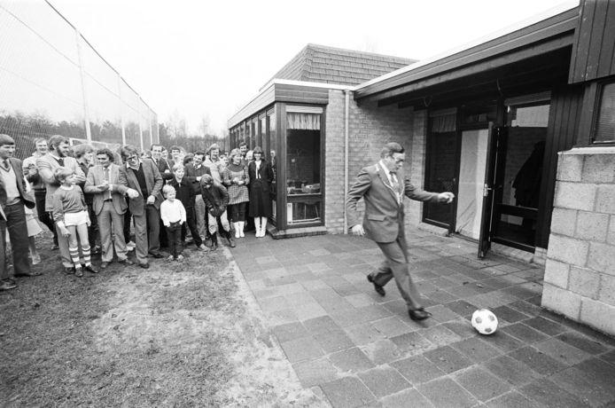 Burgemeester Ed van Dommelen van Huijbergen opent in januari 1982 met een vrije trap de nieuwe kantine van voetbalvereniging Vivoo. In juli 2021 bestaat de club 75 jaar.