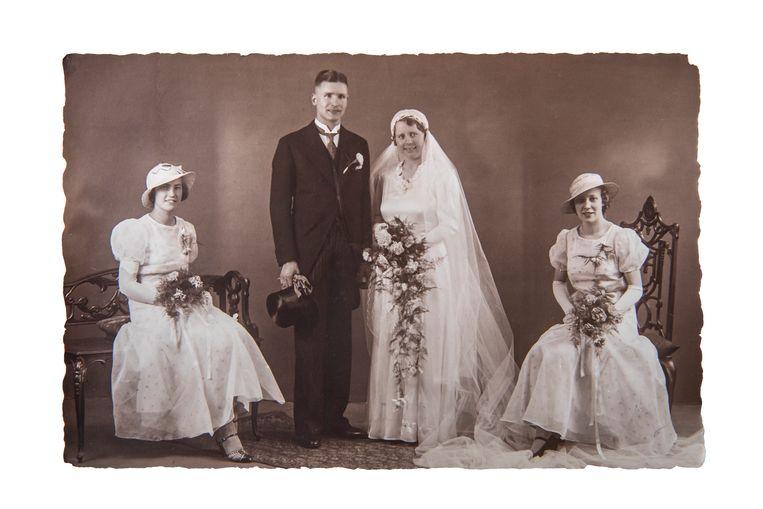 Tante Mieneke als bruid. Links Dientje  Pasma als bruidsmeisje. Reproductie van een foto uit het archief van de Anke Houtappel, de dochter van Louis Houtappel.  Beeld Anke Houtappel