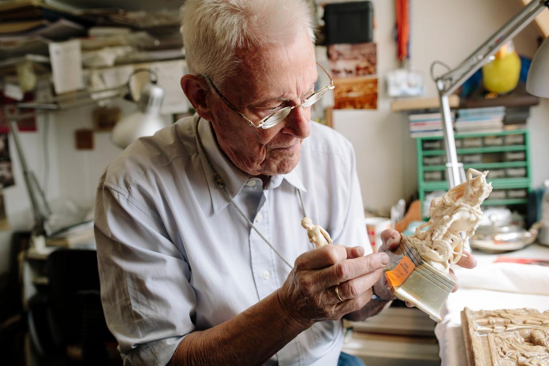 Jozef Christiaan 'Olly' Hassoldt behandelt elk stuk antiek met liefdevol geduld.  Beeld Marc Driessen