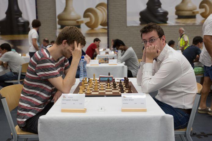 Erwin l'Ami (rechts) is in gedachten verzonken in zijn partij tegen Casper Schoppen tijdens de slotronde van het Open NK schaken in Dieren. L'Ami won de partij en werd toernooiwinnaar.