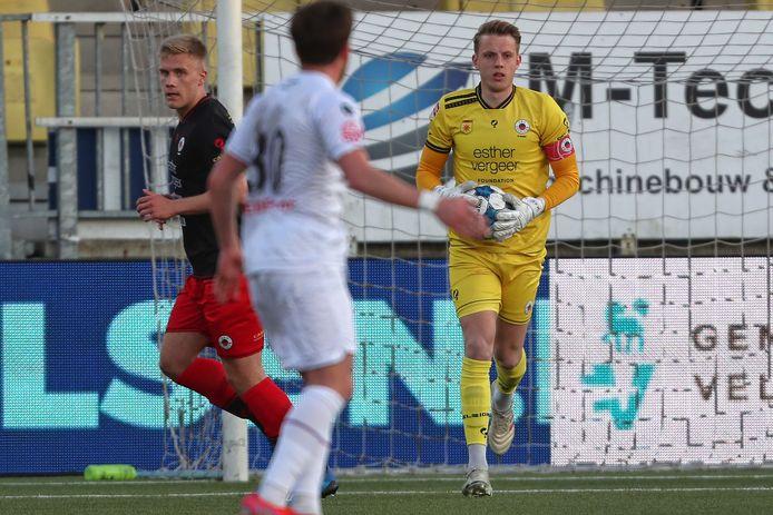 Excelsior-doelman Maarten de Fockert in actie tegen Telstar.