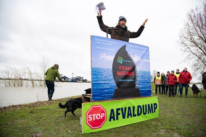 Protest tegen de stort van granuliet in Over de Maas.