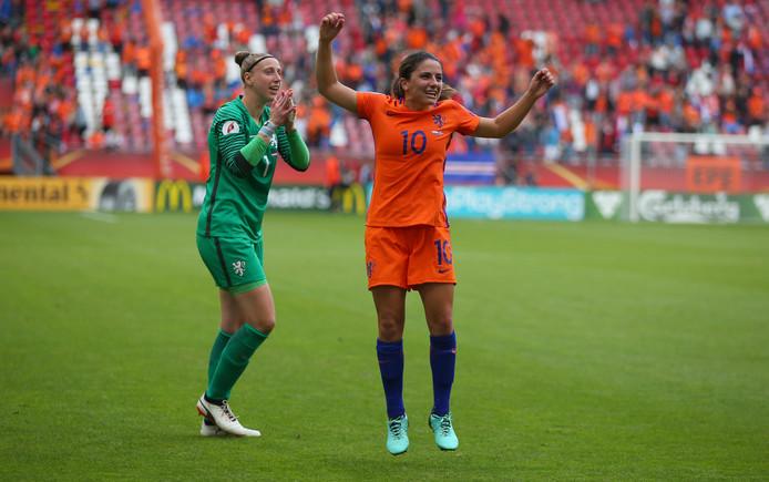 Keepster Sari van Veenedaal and Daniëlle van de Donk vieren feest na de overwinning op Noorwegen.