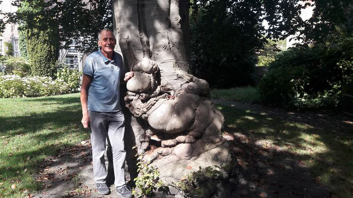 Johan Antheunisse bij de beuk met moeilijke voeten