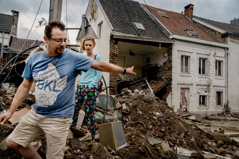 Inwoners van Pepinster wachten tien dagen na de ramp op hulp, die op dat moment vooral nog een privé-initiatief blijkt van mensen.  Beeld Eric de Mildt
