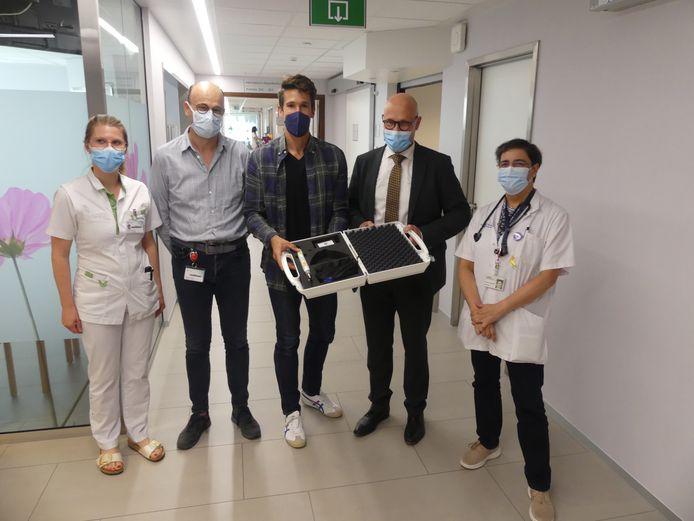 Hoofdverpleegkundige Alexis Delbaere, hoofdarts Wim De Groote, Thomas Van der Plaetsen, algemeen directeur Jan Blontrock en oncoloog Ximena Elzo Kraemer.