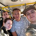 Navalny op een bus op de luchthaven van Tomsk, net nadat hij het kopje thee had gedronken. Even later verslechterde zijn gezondheidstoestand op de vlucht naar Moskou.
