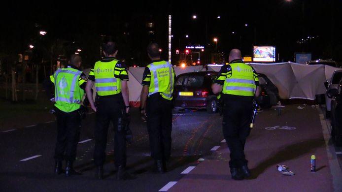 Agenten op de plaats van het trieste ongeval, in de nacht van zaterdag op zondag.