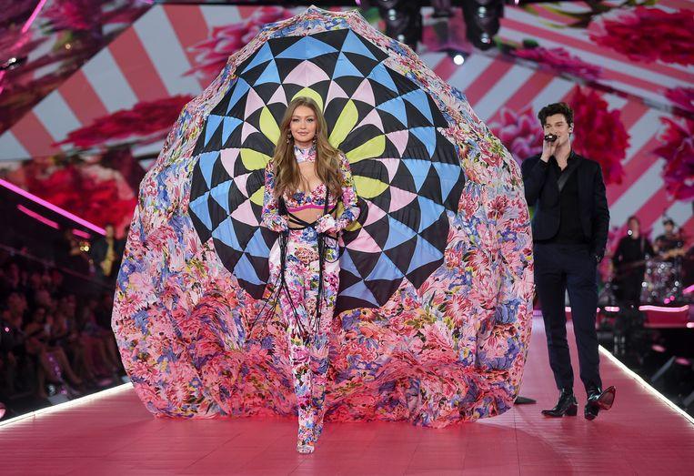 Gigi Hadid loopt voorbij Shawn Mendes, die de muziek verzorgde.