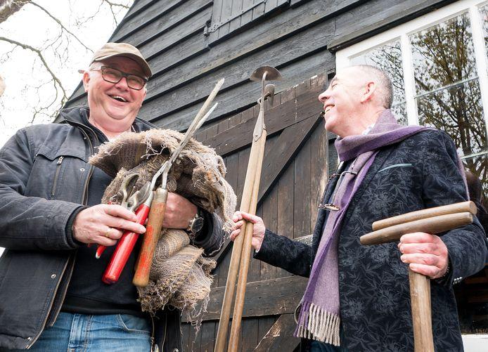 'Stagiair' Kees van Twist (r) kreeg les van oud-boomkwekers, onder wie Wijnand van den Bosch (l).