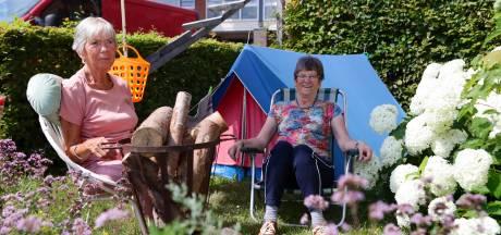 Bep (80) en Anna (71) genieten volop van hippie-camping in de tuin van hun verpleeghuis