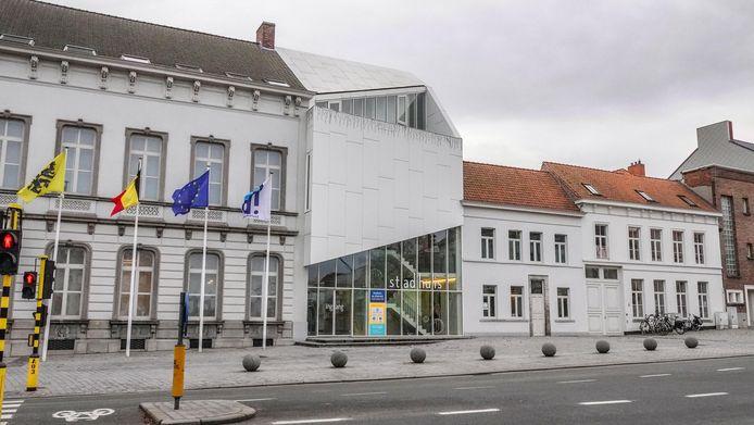 Er komt een regenboogzebrapad aan het stadhuis van Harelbeke. Vrijdag wordt het aangebracht.