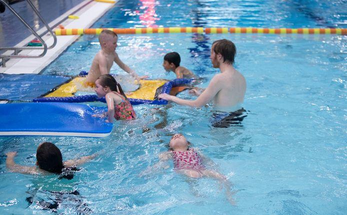 Na kleine versoepelingen van de coronamaatregelen mogen vanaf dinsdag kinderen weer zwemles krijgen, zoals hier in Zwembad de Peppel.