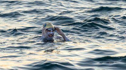 Sarah overwon borstkanker, nu zwemt ze als eerste ooit vier keer na elkaar (!) het Kanaal over