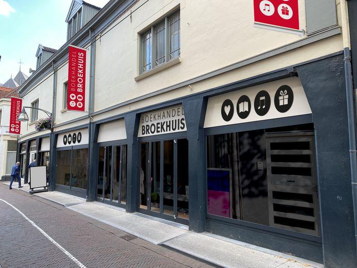 De Twentse boekhandel Broekhuis opent een nieuwe winkel in boekenstad Deventer.