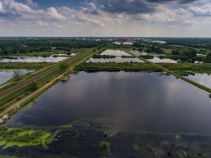 Het Kristalbad tussen Hengelo en Enschede dient allereerst als waterberging. Of de waterzuiverende functie ook uit de verf komt? Niemand die het kan zeggen.