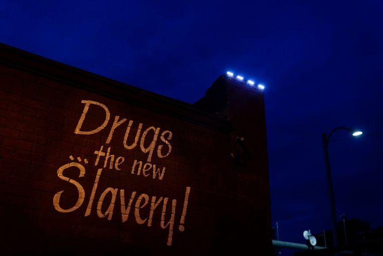 Op een gevel in de Amerikaanse stad St. Louis wordt commentaar geleverd op de opioïdecrisis in het land. Beeld AP