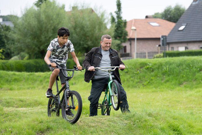 Opening van het BMX-parcours in Kalmthout. Schepen Jan Oerlemans waagde ook zijn kans.