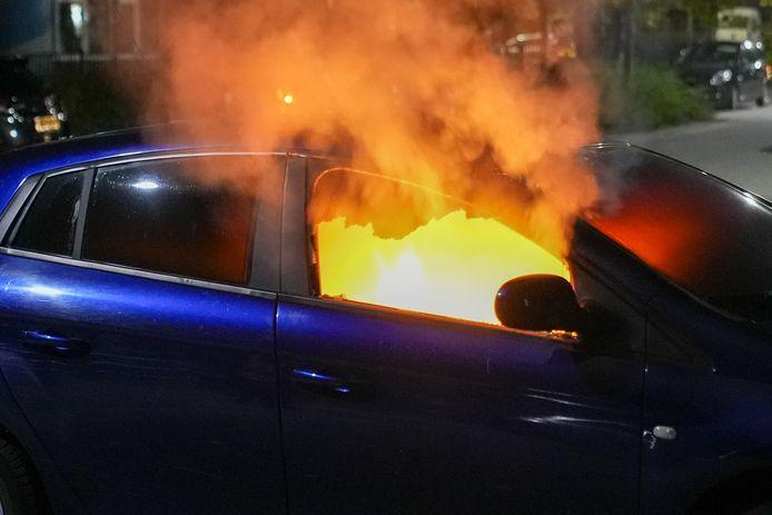 De auto is van de binnenkant compleet beschadigd.