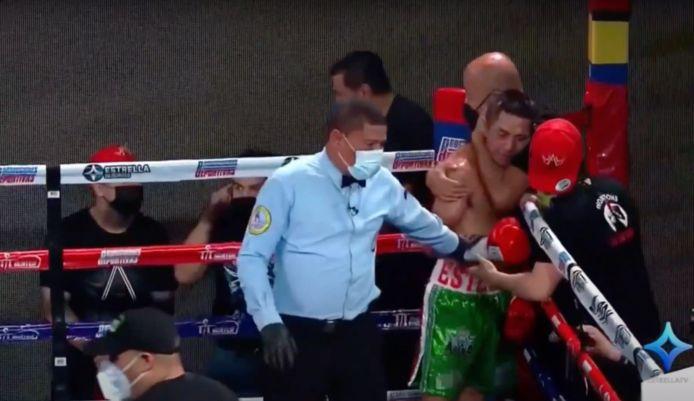 Esteban Bermudez omringd door zijn team na het verslaan van Carlos Canizales in de strijd om de WBA-titel
