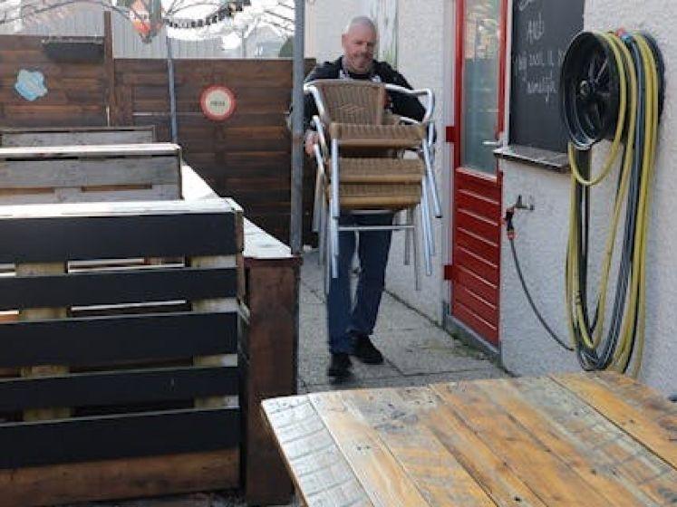 Cafébaas Marco is er helemaal klaar mee; hij opent dinsdag terras