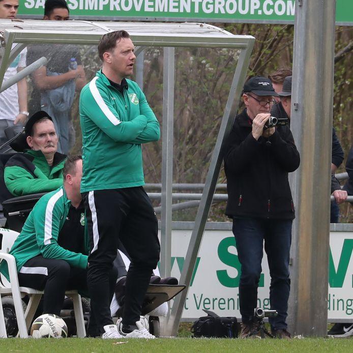 SVVN-clubicoon Jonny van de Maat, linksachter op de foto, wordt in het zonnetje gezet voorafgaand aan de derby SVVN - DES (archieffoto).
