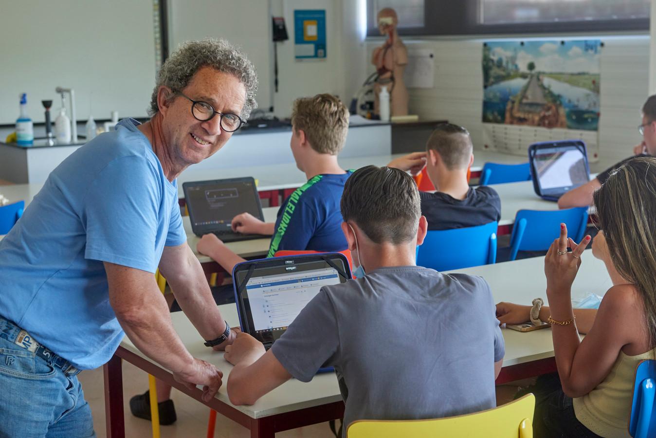 Leraar Dries Smeets is 69 jaar en geeft nog steeds les op het Hooghuis te Oss.