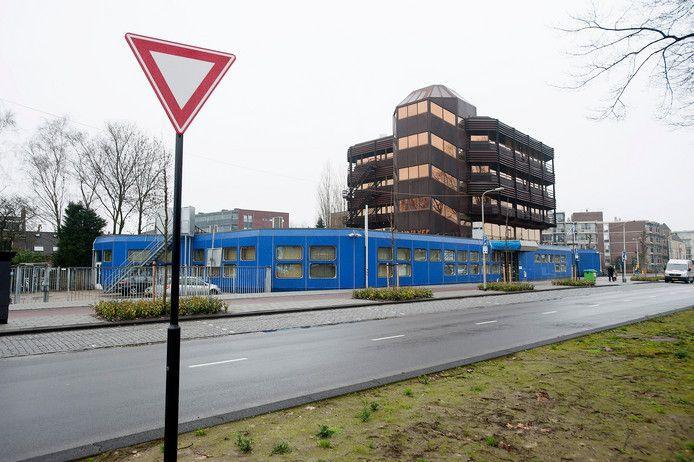 Het blauwe gebouw.