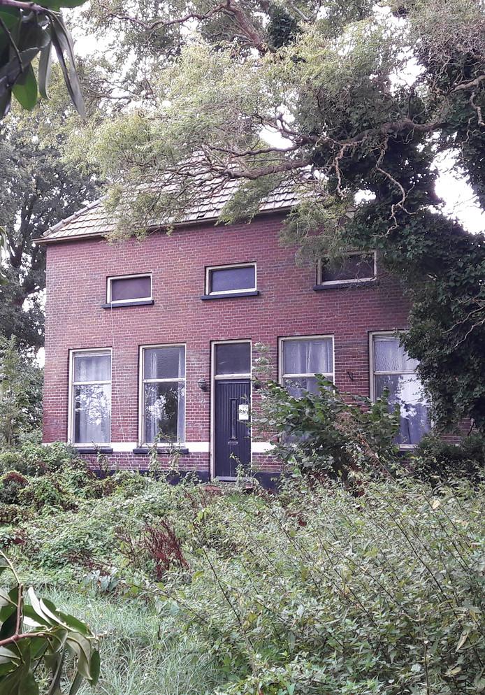 Het pand aan de Hammerdijk in Vroomshoop waarin twee keer een wietkwekerij is aangetroffen, moet nu verplicht enkele maanden sluiten.