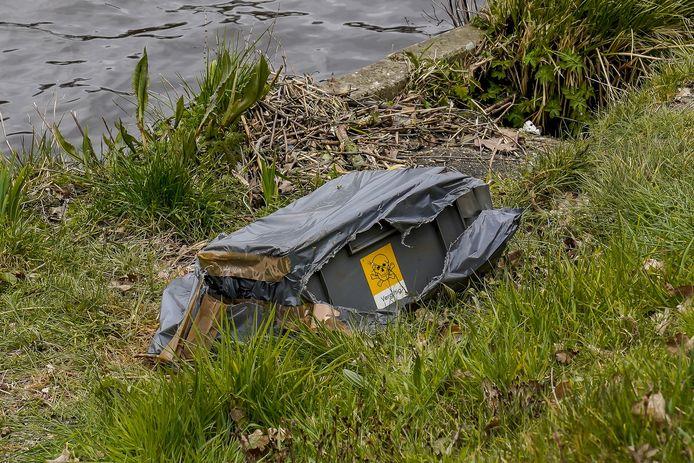 Kist met chemicaliën gevonden bij kanaal in Oosterhout.