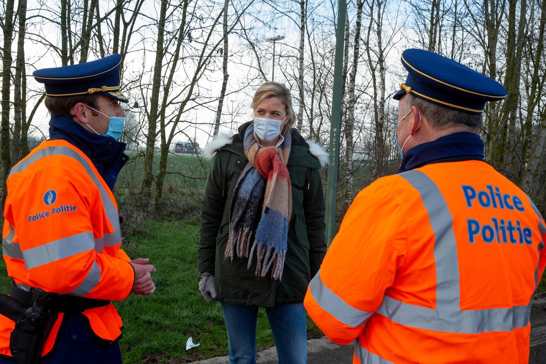 Minister van Binnenlandse Zaken Annelies Verlinden vorig weekend op de E411 nabij de Luxemburgse grens, waar agenten terugkerende toeristen controleerden op het verplichte PLF-formulier. Beeld BELGA