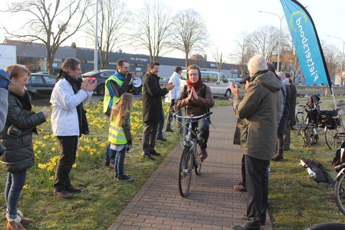 De Fietsersbond gaf vorig jaar onder meer applaus aan de fietsers ter hoogte van de rotonde Haring in Aalst.