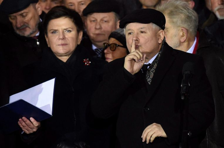 PiS-partijleider Jaroslaw Kaczynski (R) en de Poolse premier Beata Szydlo (R) van diezelfde partij tijdens een demonstratie in Warschau Beeld epa