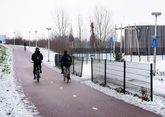 Het fietspad onderaan het talud van de Huis te Vleutenbaan waar in de afgelopen periode een aantal fietsende scholieren werd beroofd.