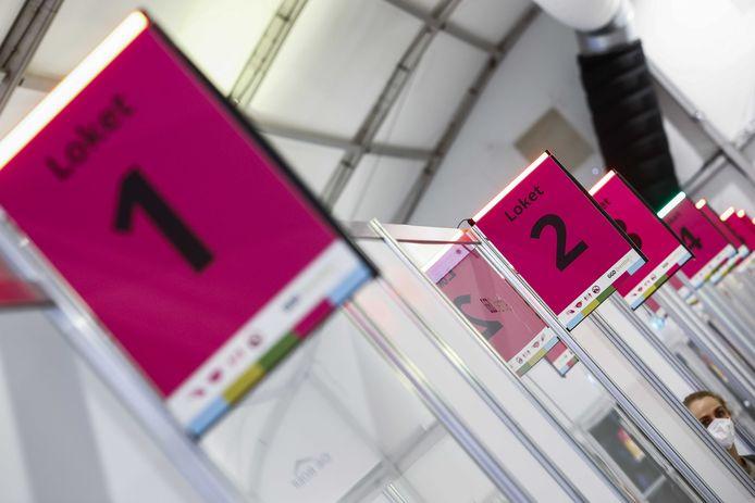 Loketten in de grote test- en vaccinatielocatie op het TT Circuit waar zorgmedewerkers laten zich testen op en vaccineren tegen het coronavirus.