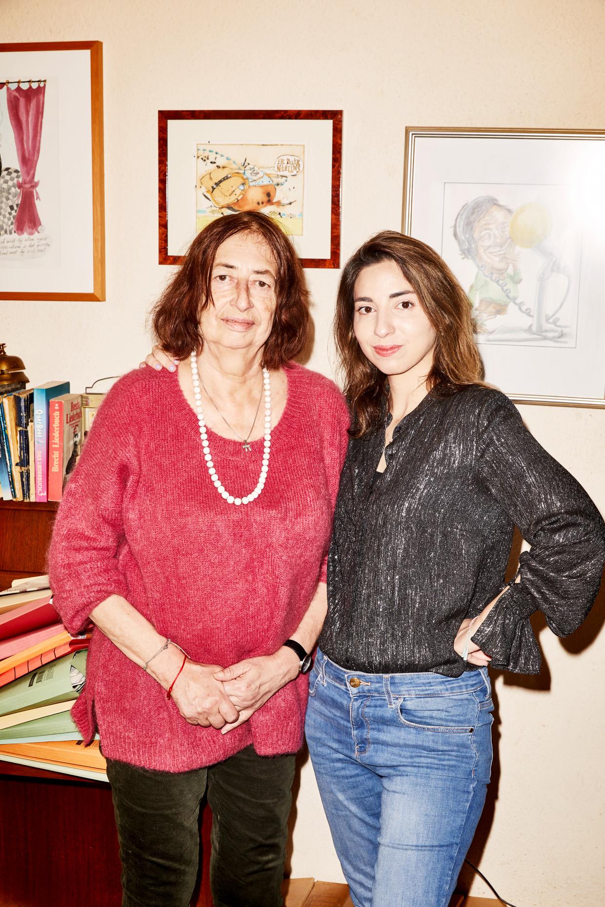 Anet Bleich en Natascha van Weezel in het huis van Bleich in Amsterdam.  Beeld Marie Wanders