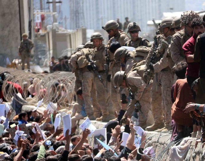 Foto ter illustratie. Wanhopige Afghanen probeerden vorige week te worden toegelaten tot de internationale luchthaven van Kaboel voor een evacuatievlucht naar een veilig land.
