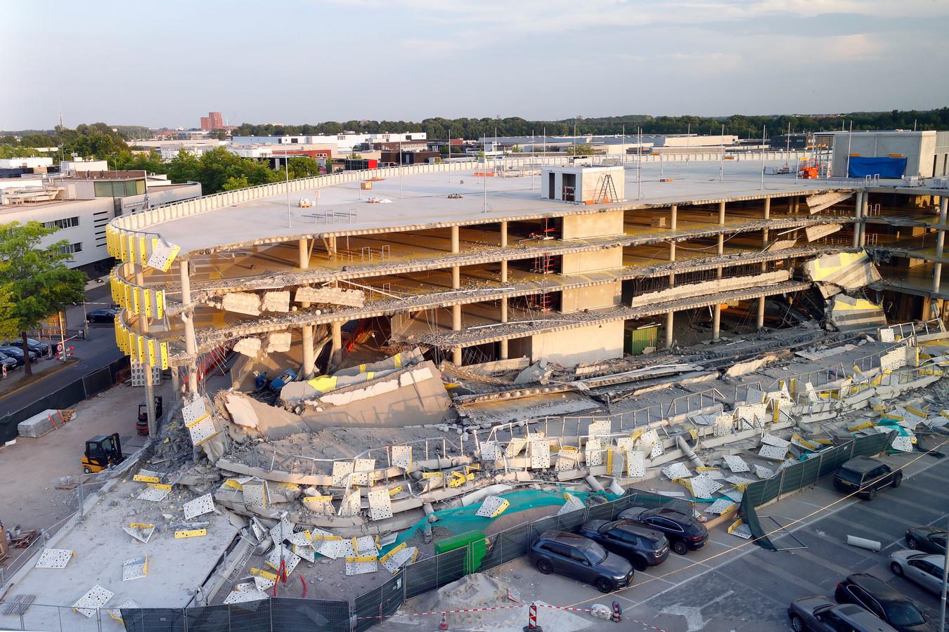 De ravage na het deels instorten van de inbouw zijnde parkeergarage op Eindhoven Airport.