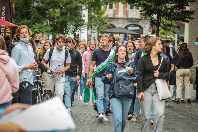 Studenten trekken massaal naar grotere studentensteden, zoals hier in Leuven. Ze zijn de geborgenheid van kleinere steden zoals Kortrijk beu na al die coronamaanden en willen uitbreken.