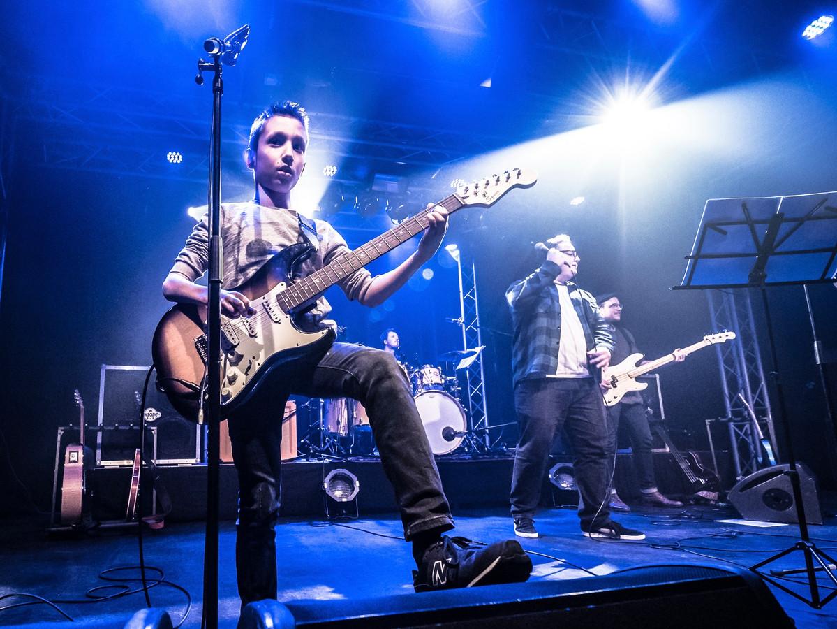 Elke gitaarleerling van Thijs Jan van Hoek treedt tijdens Op Hoop Van Zegen op met de begeleidingsband van professionele musici.