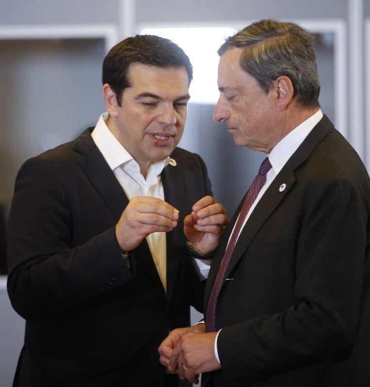 De Griekse premier in gesprek met ECB-voorzitter Mario Draghi. Beeld EPA