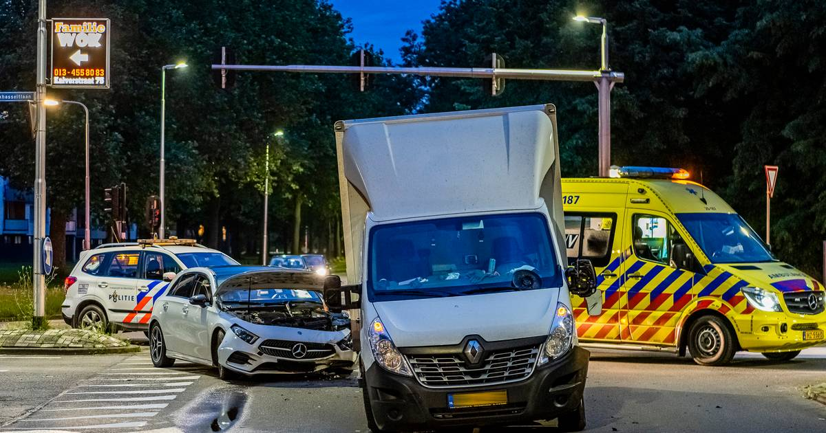 Ravage op Tilburgse kruising door botsing met twee autos en bestelwagen.