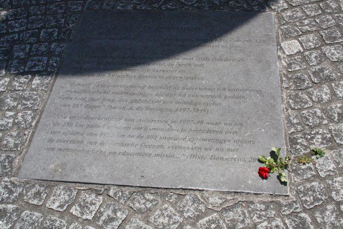 Iemand legde vandaag een rode roos neer bij het kunstwerk De Poolreiziger in Nieuwpoort.