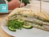 Sandwich met komkommersalade en gerookte forel