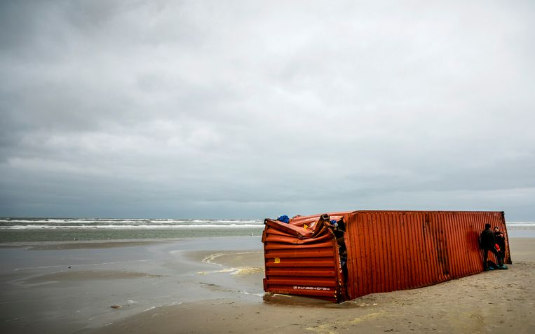 Een aangespoelde container van de MSC Zoe 270 op het strand van Schiermonnikoog, in januari.  Beeld ANP