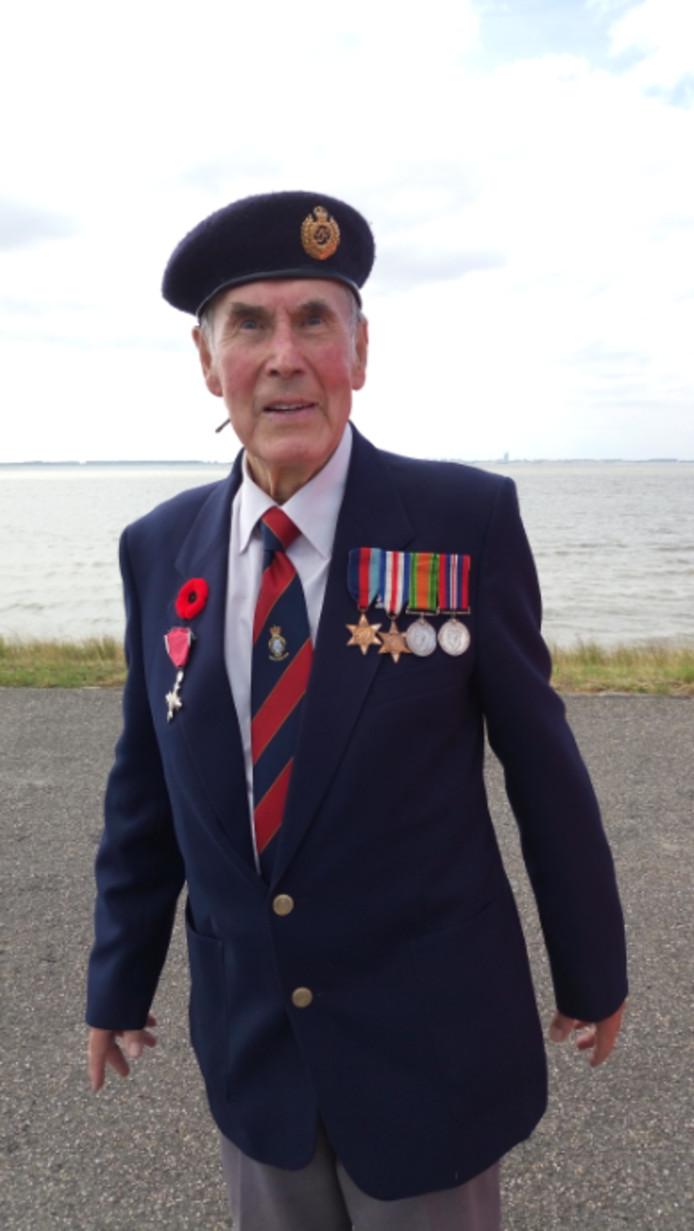De 93-jarige veteraan Jim Anderson kreeg van burgemeester Gelok de erepenning van de gemeente Borsele.