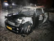 Vrouw wordt wakker en ziet haar Mini Cooper in vlammen opgaan in Loenen