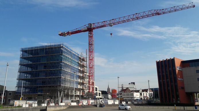 Appartementencomplex De Kampanje in aanbouw op de Kop van de Noordstraat in Terneuzen, met vooraan onder de toekomstige entree van de nieuwe bibliotheek.